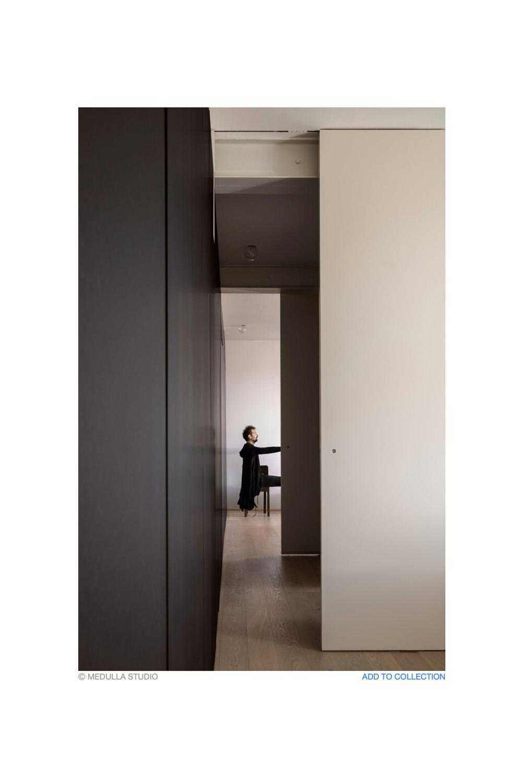immagine spazio separato da porta scorrevole con persona
