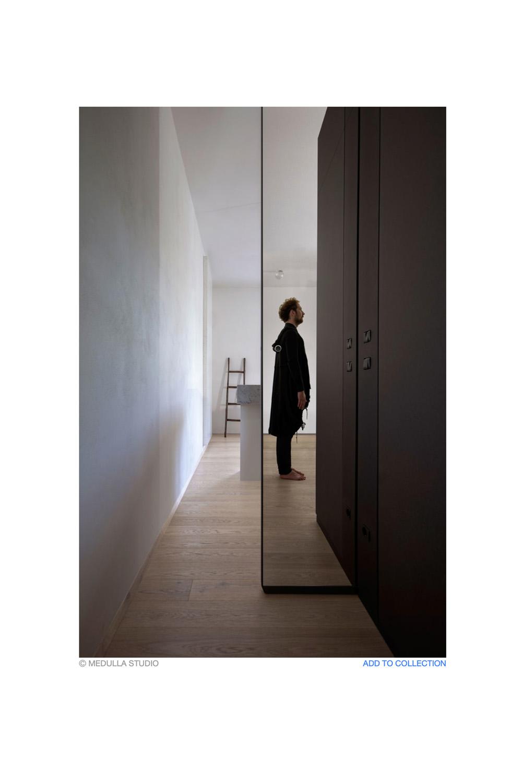 immagine spazio separato da porta scorrevole specchiante