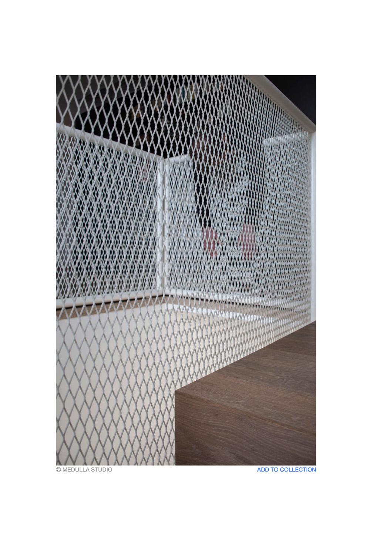 immagine di scale con parapetto rete bianca e persona