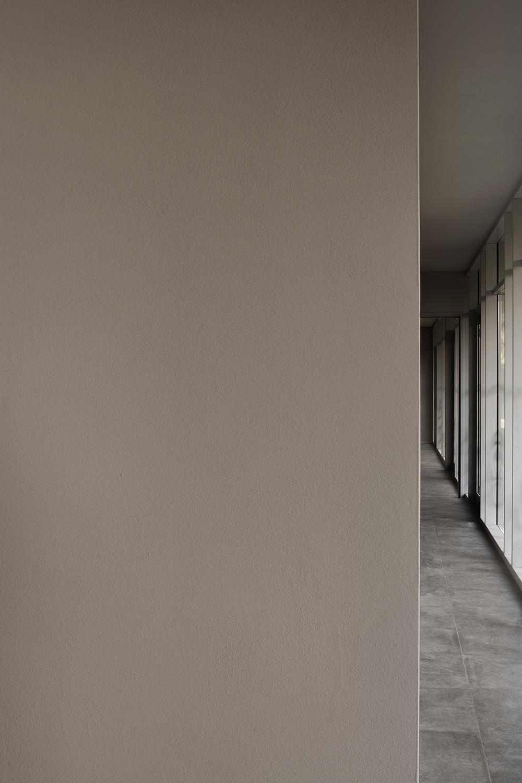 architettura sanitaria casa verde corridoio piano terra vetrata continua illuminazione naturale