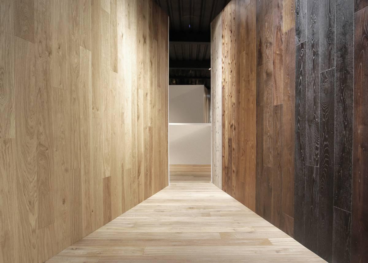 percorso suggestivo ricoperto di legno
