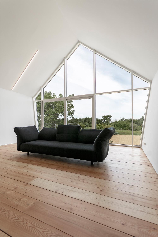 vista interna 2 dettaglio vetrata e divano