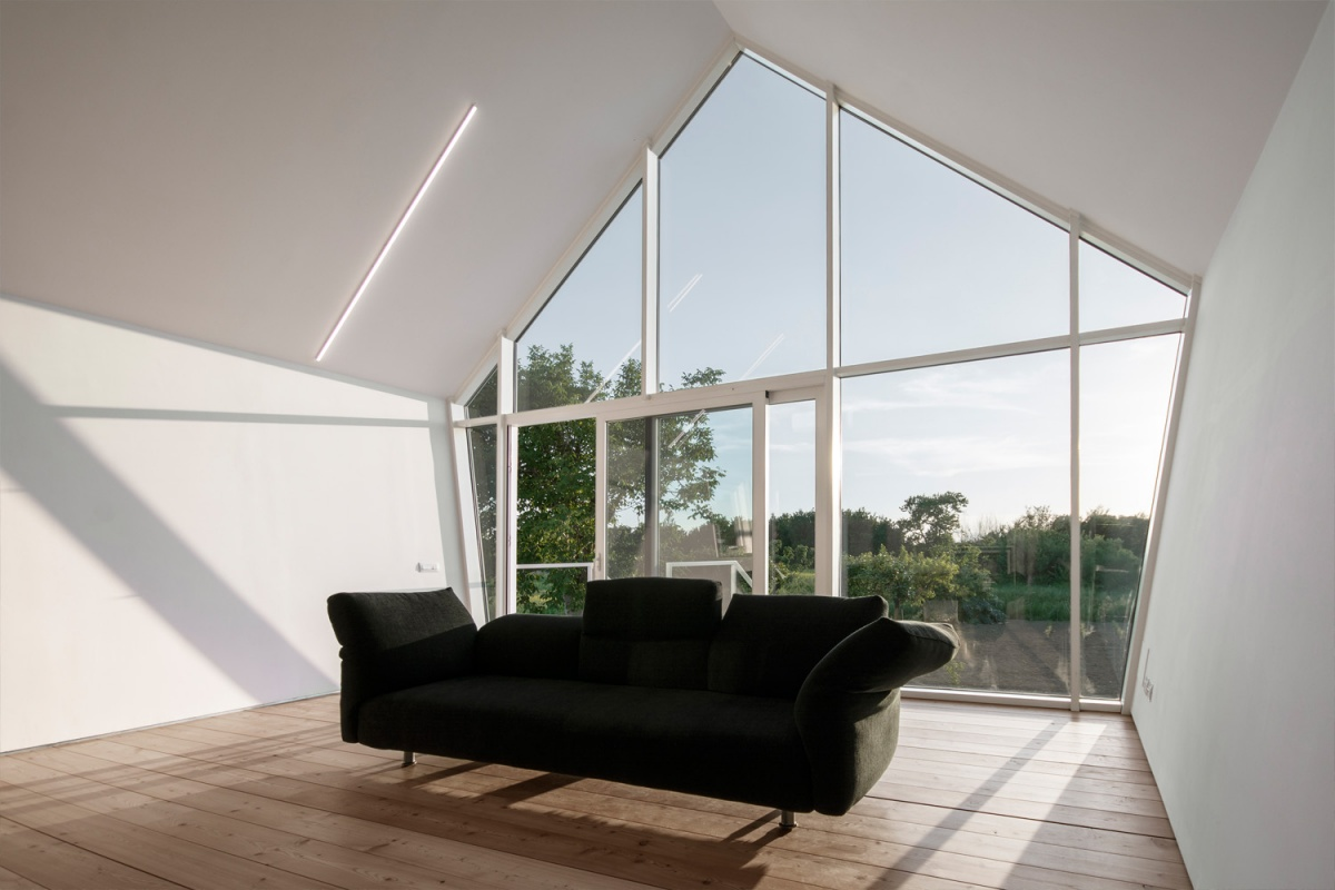 vista interna sala vetrata e divano