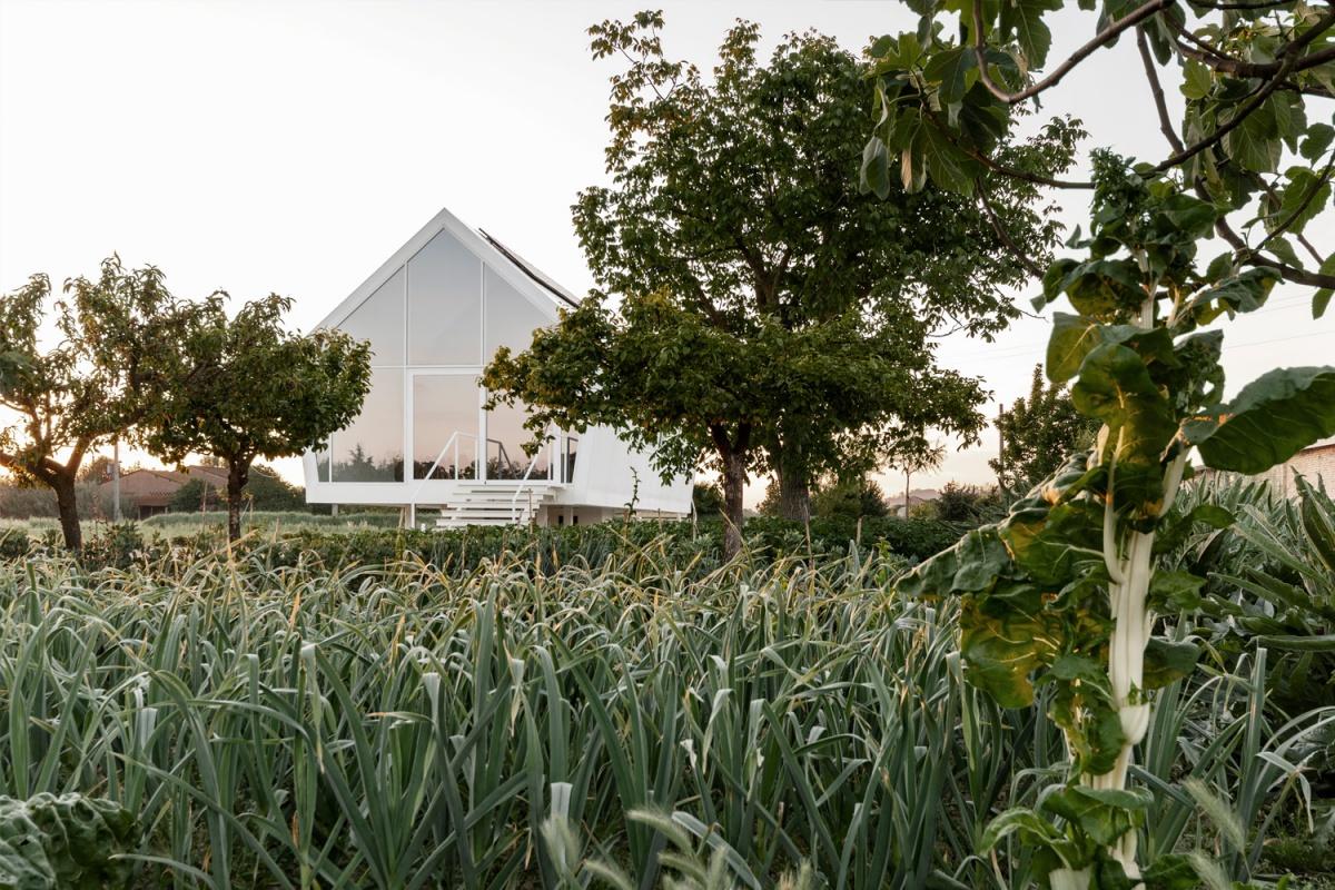 CASA NELL'ORTO al tramonto dal giardino-orto
