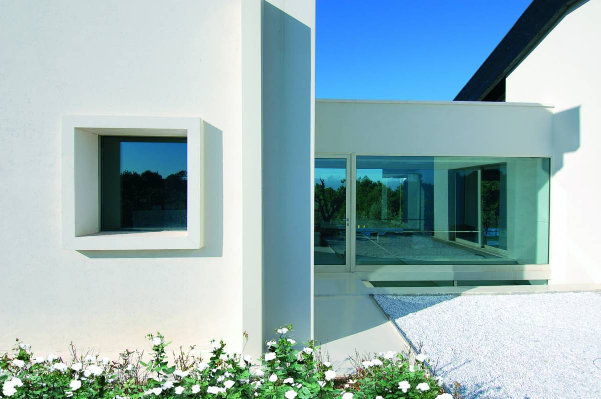 parete piena bianca e finestrata