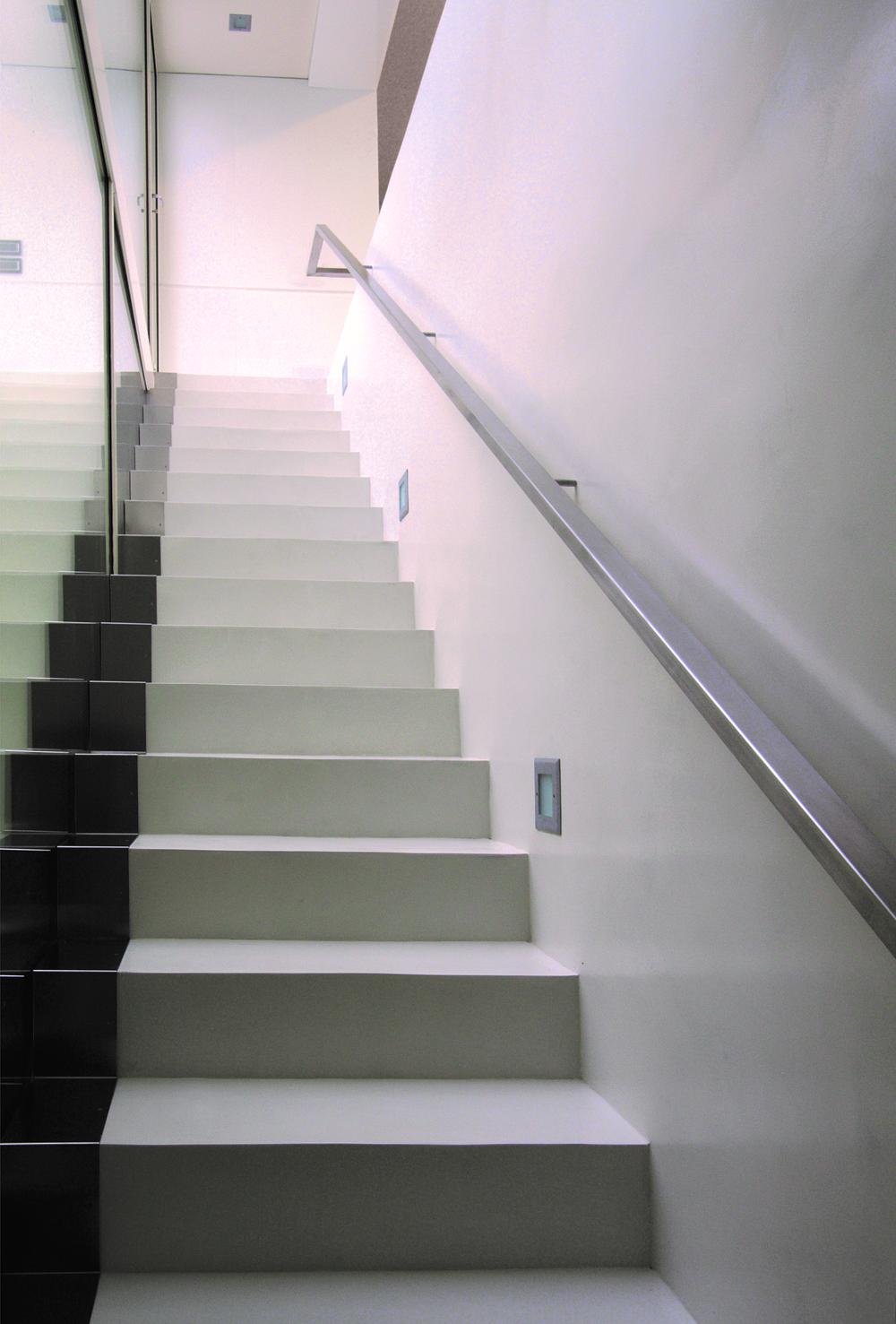 dettaglio scale passamano in alluminio e faretti incassati a muro