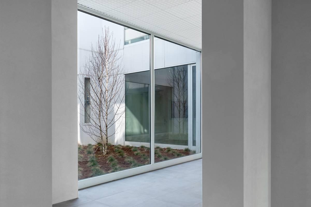 foto di una corte interna di architettura contemporanea in toscana