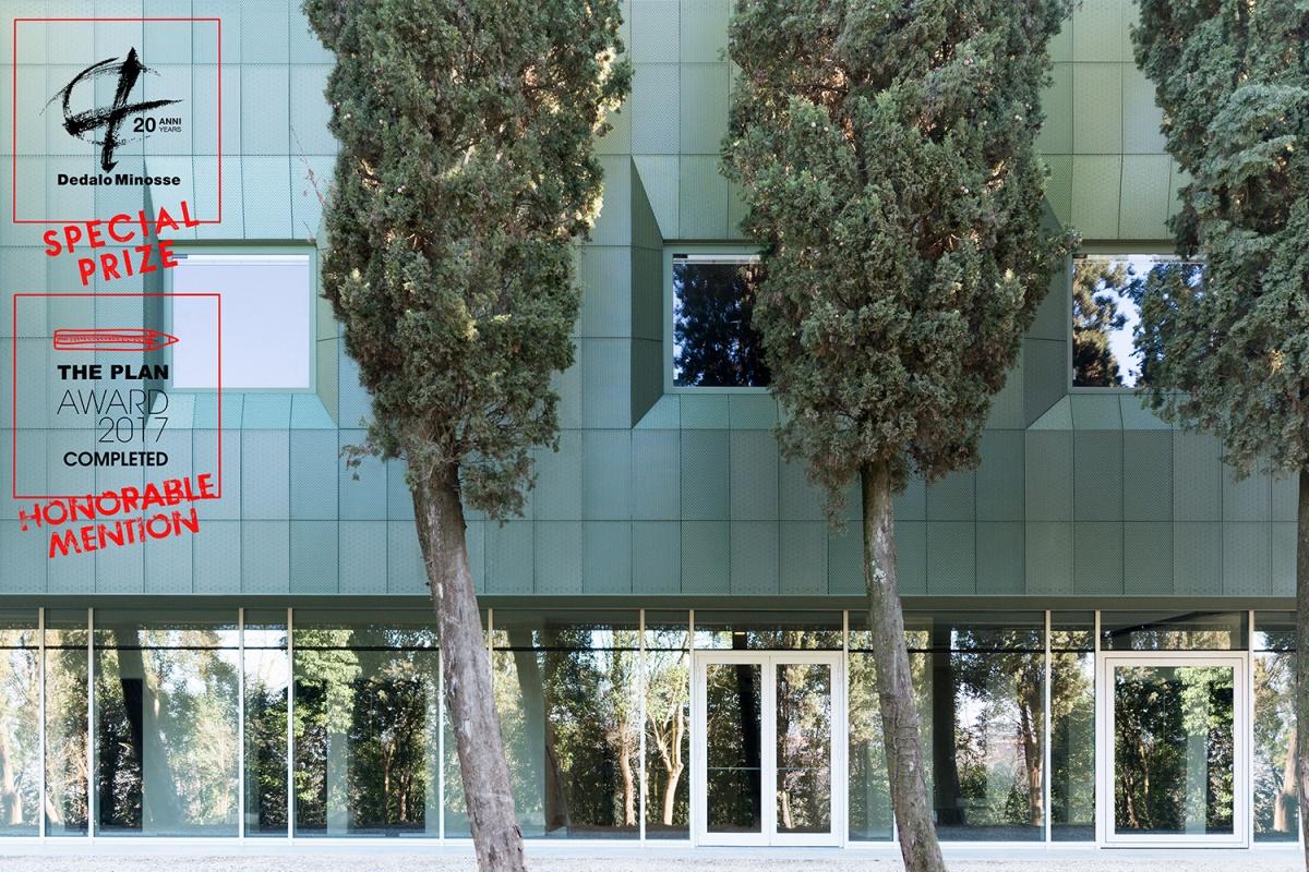 facciata di casa verde con loghi dei premi ricevuti dedalo minosse international prize design for all e the plan award menzione d'onore