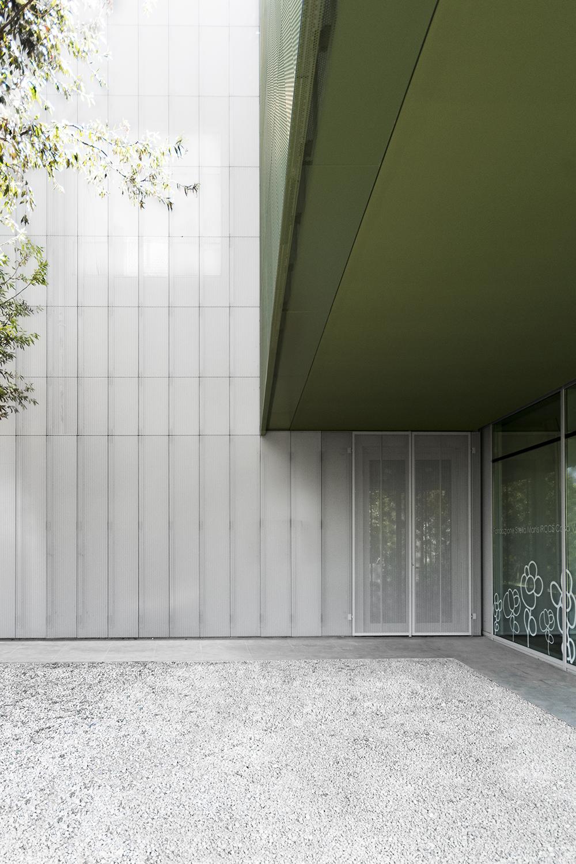 dettaglio della facciata in lamiera microforata dell'architettura innovativa di casa verde residenza per disabili