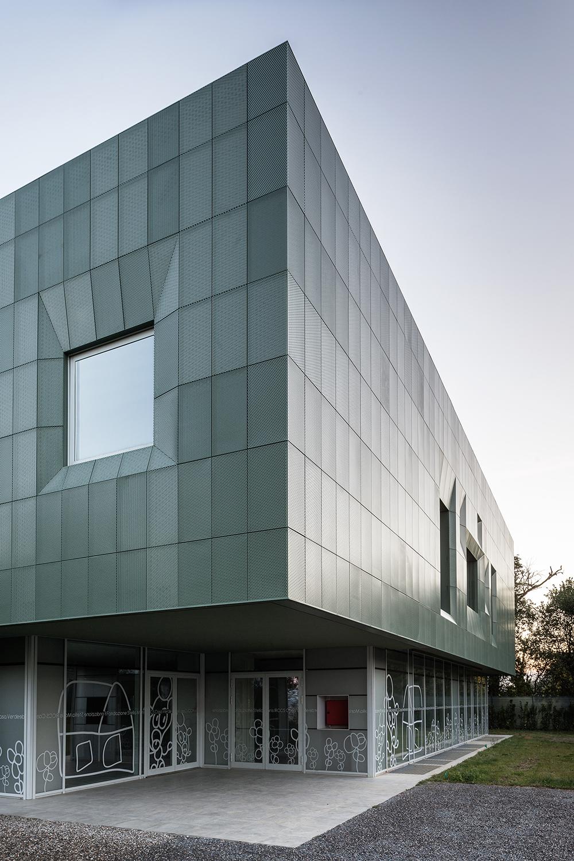 facciata di casa verde un esempio di architettura sostenibile con facciata in metallo perfettamente integrata con il paesaggio toscano