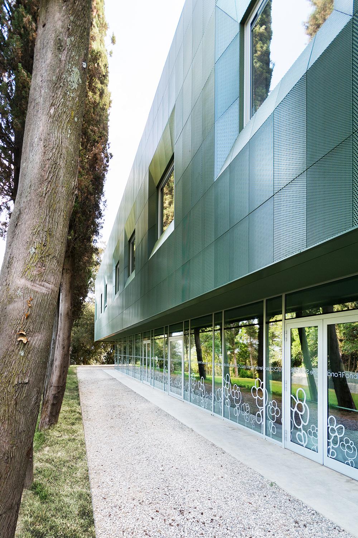 casa verde architettura contemporanea dettaglio percorso cipressi e paesaggio