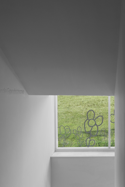 rapporto interno esterno nell'architettura casa verde con editing bianco su vetro trasparente