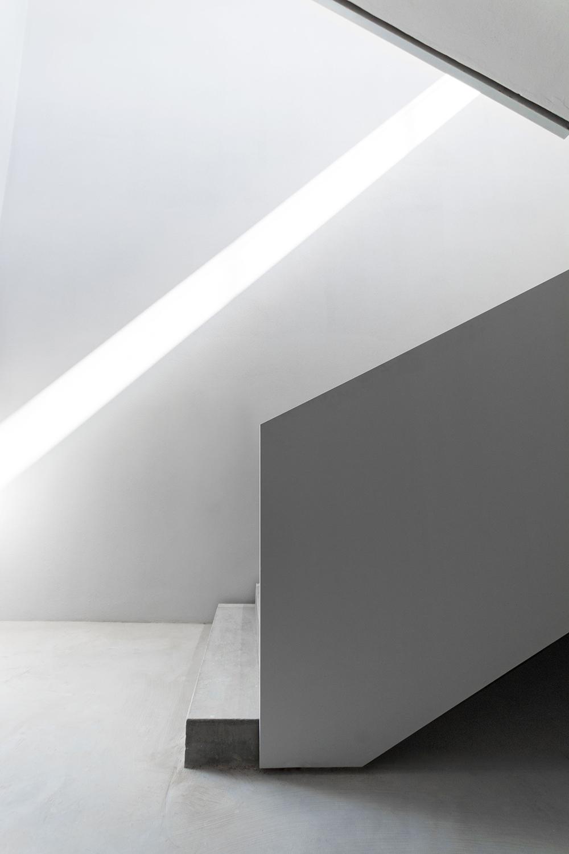 scala antincendio architettura contemporanea minimale di casa verde rapporto con la luce naturale