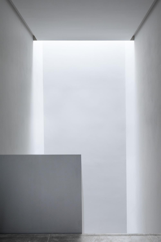 scala interna antincendio di casa verde architettura contemporanea minimale grigia con luce naturale discendente