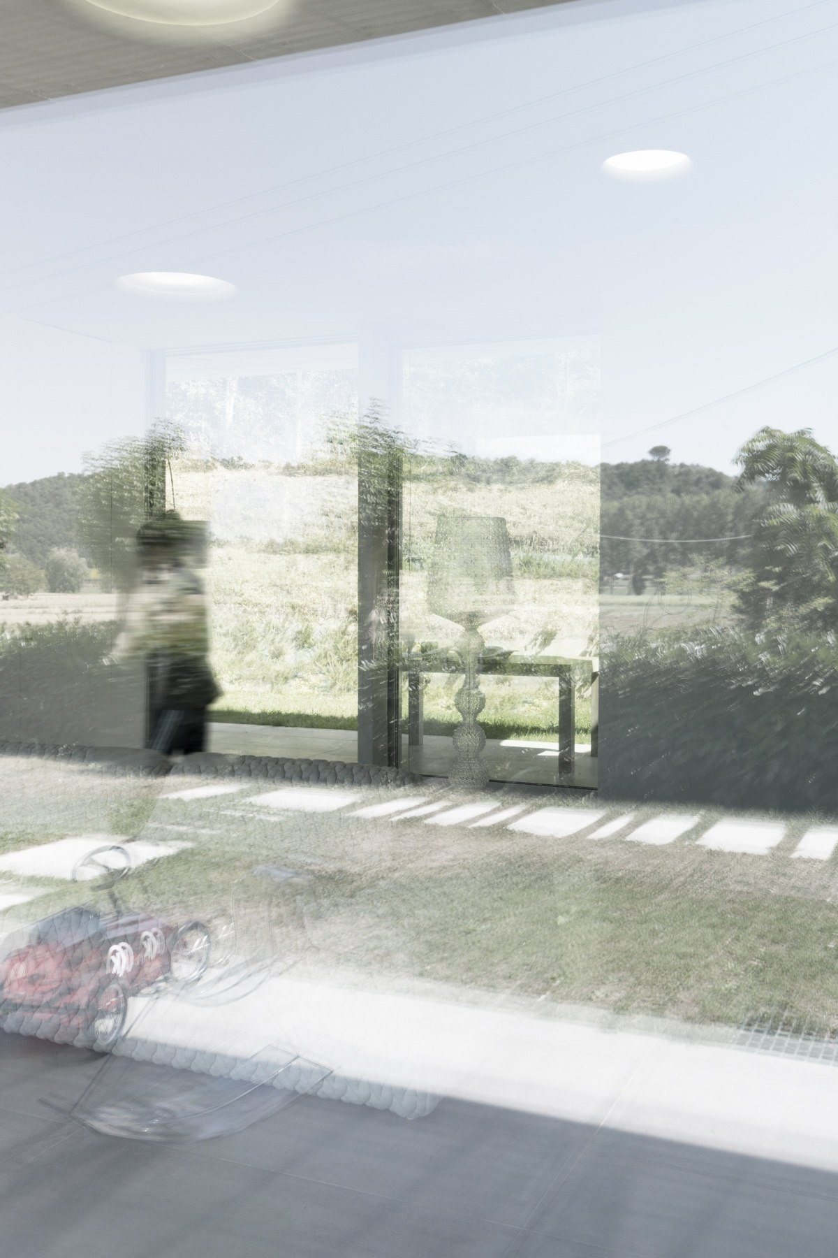 vetrata che riflette il paesaggio