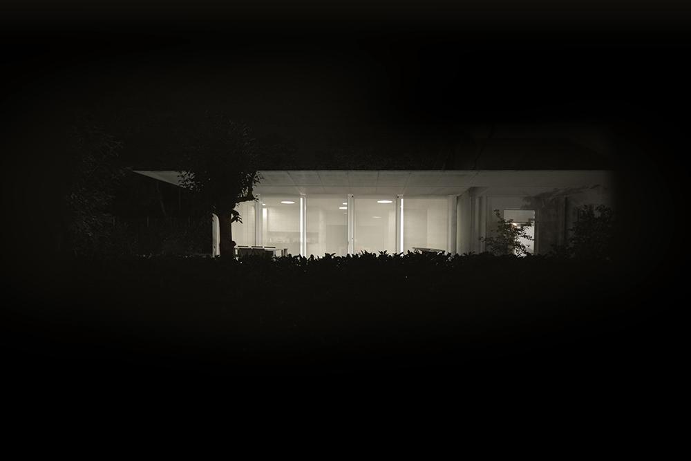 vetrata luce e ombra in notturno