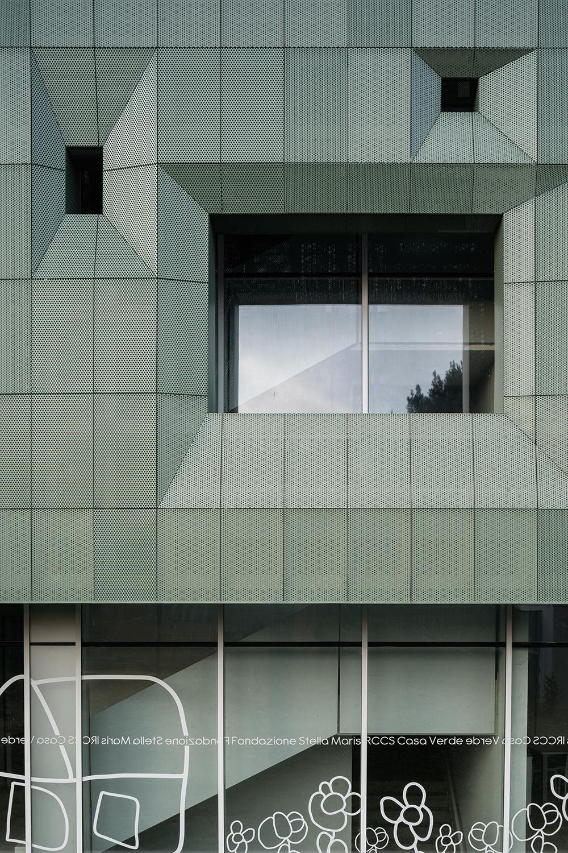 dettaglio della facciata ventilata verde in metallo che riprende il colore delle foglie
