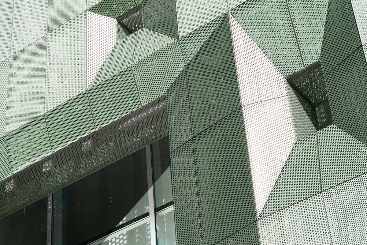 dettaglio della facciata ventilata sud dell'architettura casa verde a san miniato