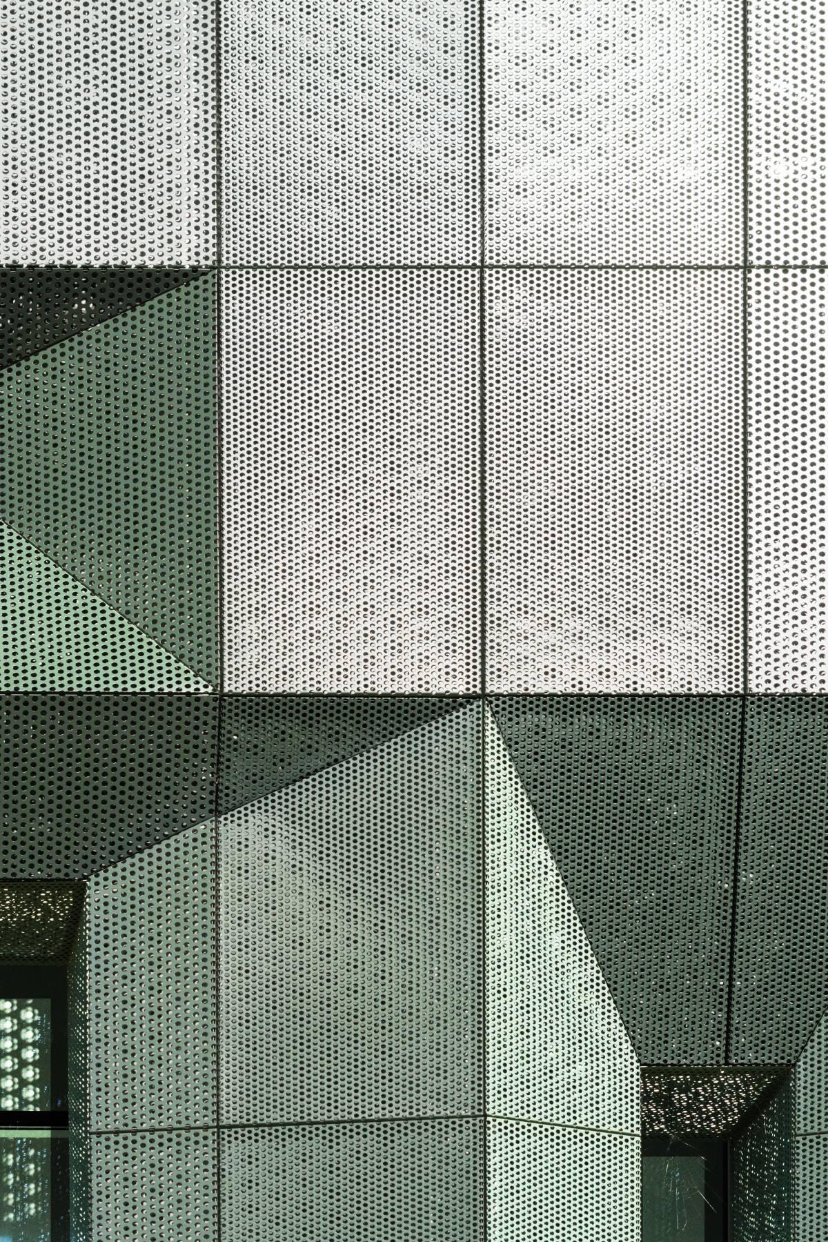 dettaglio di facciata in lamiera microforata