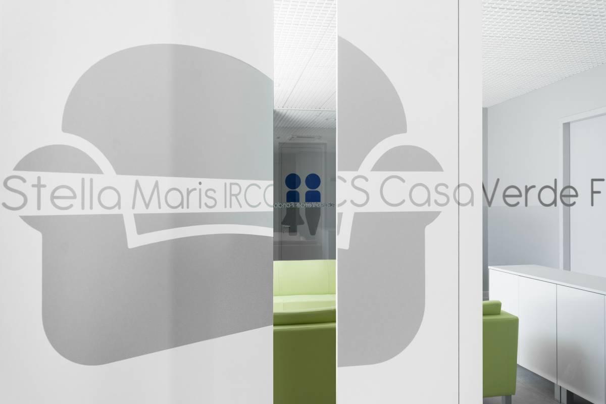 interior design del progetto innovativo di casa verde editing colorato sulle pareti del soggiorno