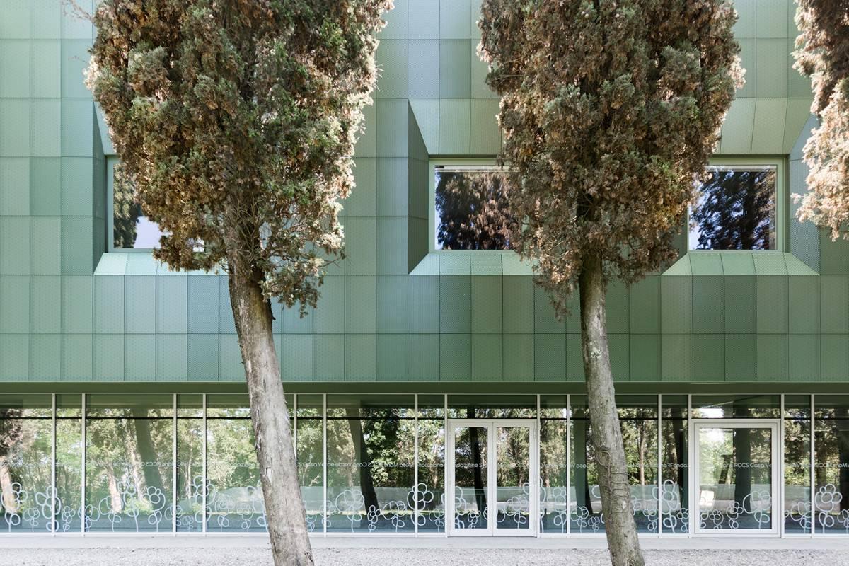 facciata in lamiera microforata architettura contemporanea per disabili in Toscana