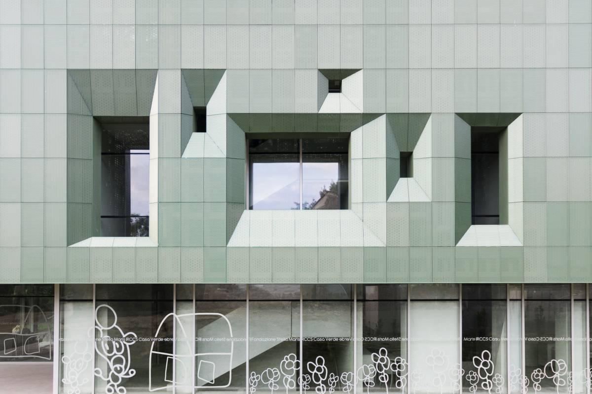 ingresso in vetro e lamiera microforata verde ventilata per il risparmio energetico