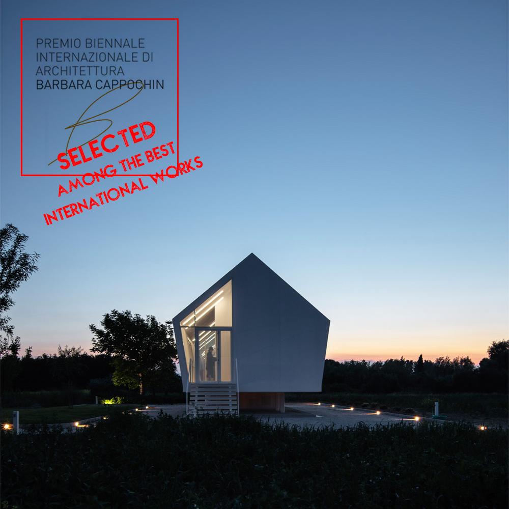 immagine di casa nell'orto di notte