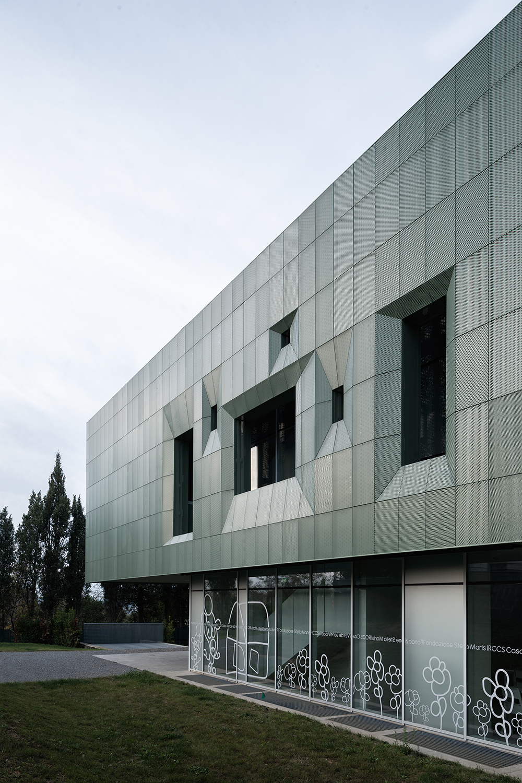 dettaglio della facciata di casa verde con strombature per passaggio luce adeguate a edificio per la cura