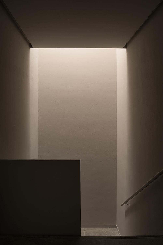 simone bossi photographer rappresenta la luce discendente sulla scala interna esempio di design degli interni minimale