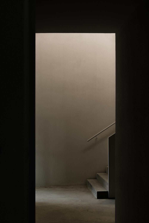 architettura contemporanea scale interne antincendio brutaliste luce naturale disc endente foto simone bossi