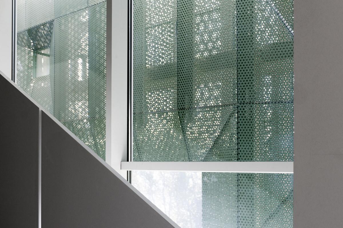 luce naturale filtra dalla facciata in lamiera microforata