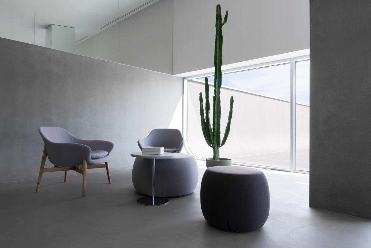 interno pouf e sedute toni di grigio