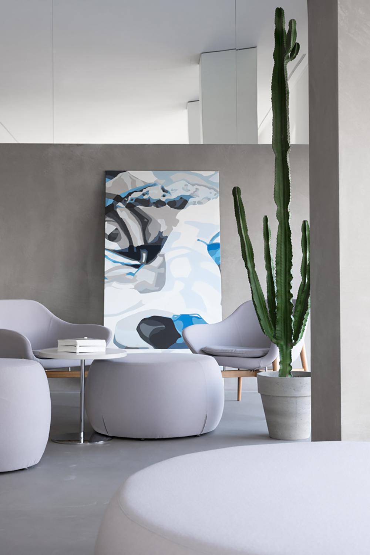 interno pouf e sedute toni di grigio dipinto Mercurio