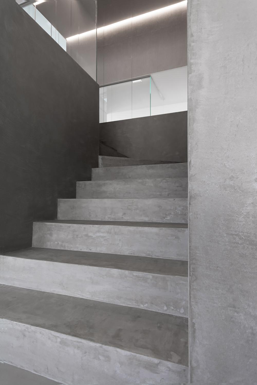 dettaglio scale toni grigio rivestimento